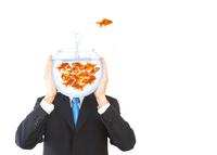 Homme avec tête en bocal à poissons rouges